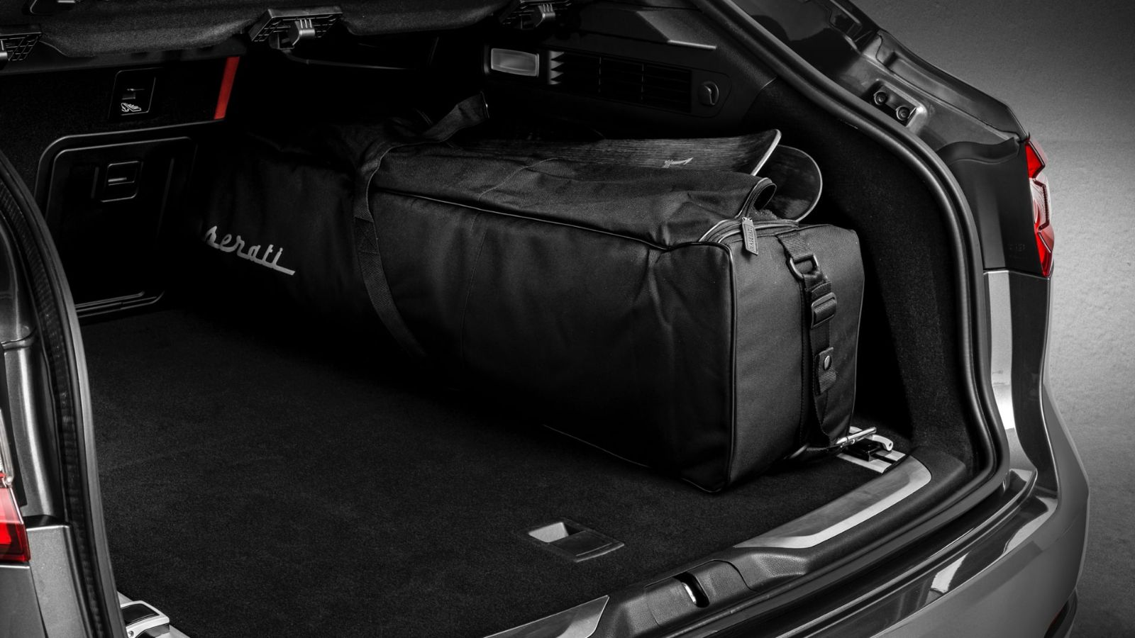 Maserati Conveniences: Load solutions - Ski and snowboard bag compartment
